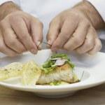Male chef garnishing food — Stok fotoğraf