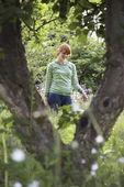 Woman walking in countryside — Foto Stock