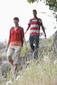 Casal andando na zona rural — Foto Stock