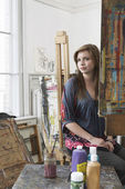 Artist sitting at easel — Stockfoto
