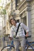 Adam Bisikletin üstünde oturuyor — Stok fotoğraf