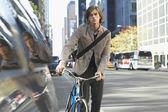 Hombre de pie en bicicleta — Foto de Stock
