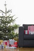 Presentes de natal por árvore — Foto Stock