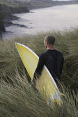 Man carrying surfboard — Stock Photo