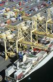 Barco de contenedores en muelle — Foto de Stock