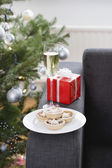 Glass of champagne and mince pies — Stock Photo