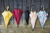 カラフルな傘は壁にもたれて — ストック写真