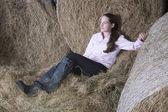 Девочка, расслабляющаяся в сарае — Стоковое фото