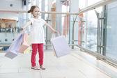女孩与纸购物袋 — 图库照片