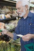 Man shopping for vegetables — Stock Photo