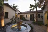 Palm Springs fountain in courtyard — Stock fotografie