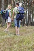 Backpackers holding hands in countryside — Foto Stock
