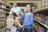 Mother shopping with daughter — Stock Photo