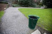 ゴミ箱は公園ですることができます。 — ストック写真
