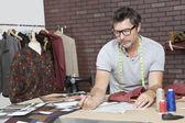 Designer de moda, trabalhando no estúdio de design — Fotografia Stock