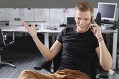 šťastný muž pomocí mobilního telefonu — Stock fotografie