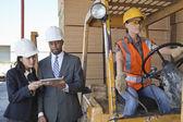 инженеры с помощью планшета с промышленного работника — Стоковое фото