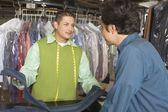 Man serving customer — Stockfoto