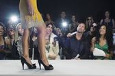 Women walking on fashion catwalk — Stockfoto