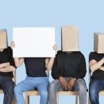 Mann, der leere Karton mit Freunden — Stockfoto #34002155