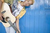 Teenage boy playing guitar — ストック写真