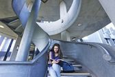 Üniversite öğrencisi merdiven üzerinde okuma — Stok fotoğraf