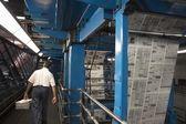 Man som arbetar i tidningen fabrik — Stockfoto