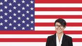 Femme d'affaires souriant au drapeau américain — Photo