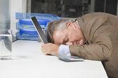 Wyczerpany biznesmen — Zdjęcie stockowe