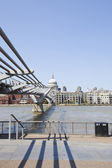 Millennium Bridge with view of London — Stock Photo