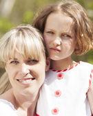мать и дочь обнимая — Стоковое фото