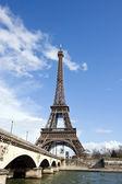 Eiffelova věž a řeka seina — Stock fotografie