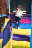 Oyun spor salonunu tırmanıyor kızla — Stok fotoğraf