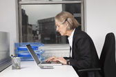 Senior businesswoman using laptop — Стоковое фото