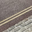 Double yellow line on street — 图库照片