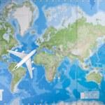 Dünya Haritası üzerinde uçan uçak — Stok fotoğraf #34017825