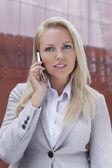 Businesswoman talking on mobile phone — Stockfoto