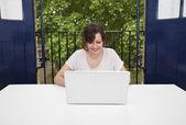 предприниматель, используя ноутбук на стол — Стоковое фото