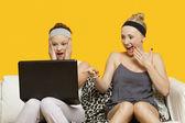 Wstrząśnięty młodych kobiet korzysta z laptopa — Zdjęcie stockowe