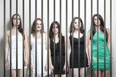 Sederi giovani donne prigione bar — Foto Stock