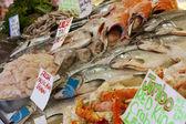 Fiska på displayen på fiskmarknaden — Stockfoto