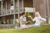 Businesswomen arguing on office lawn — Stockfoto