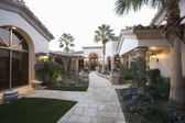 Palm Springs exterior pathway — Stock Photo