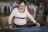 Woman measuring in the laundrette — Foto de Stock