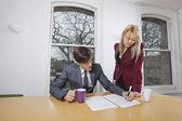 Femme d'affaires en regardant collègue masculin — Photo
