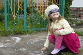 Girl draws a chalk — Stock Photo