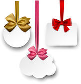 White paper gift cards with satin bows. — Stock Vector