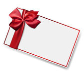 Tarjeta de papel blanco con lazo de satén rojo de regalo. — Vector de stock