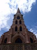 Pfarrkirche mit schönen Himmel und Wolken — Stockfoto