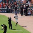 Giants Barry Zito runs on to the field during introduction — Stock Photo